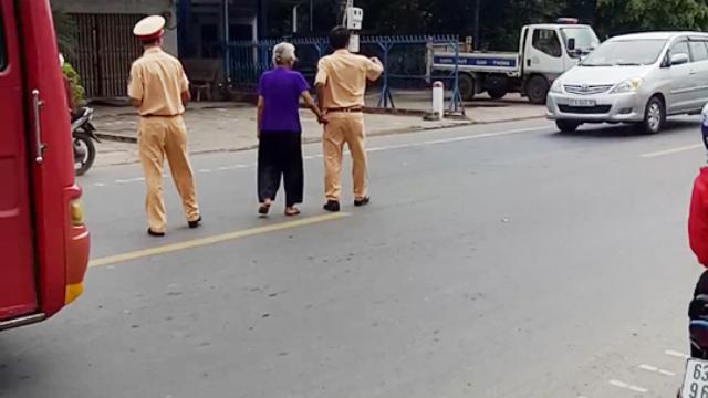 Clip CSGT tỉnh Bạc Liêu cùng đưa bà cụ sang đường ngày Tết.