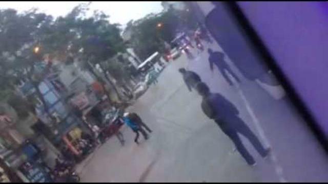 Hai nhóm thanh niên cầm dao hỗn chiến giữa phố Hà Nội