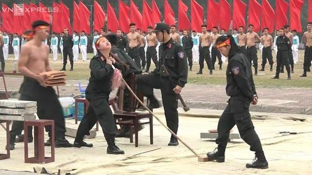 Nữ cảnh sát đặc nhiệm dùng yết hầu đè cong thanh sắt nhọn
