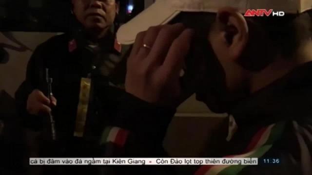 Theo chân cảnh sát 141 bắt 'quái xế' chở 'gái dịch vụ' trong đêm ở Hà Nội