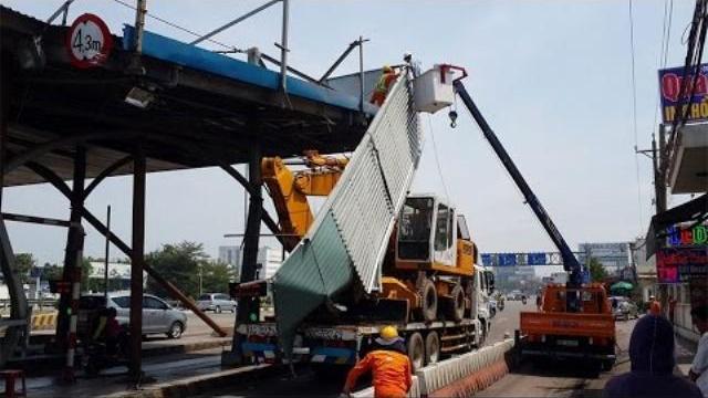 Xe tải tông sập mái trạm thu phí Đồng Nai
