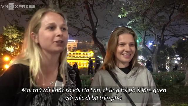 Khách Tây: 'Tôi phải nhắm mắt mà đi trên phố Hà Nội'
