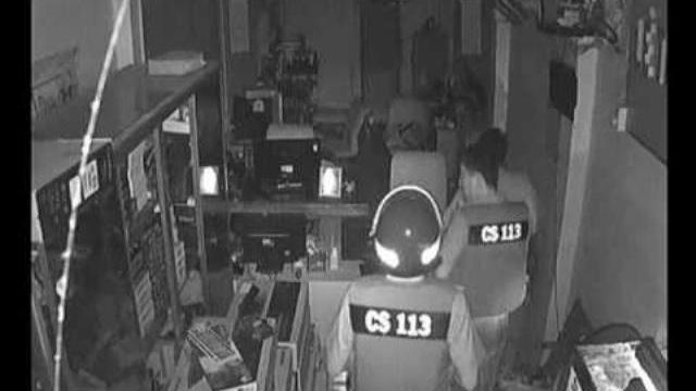 Clip cảnh sát bắt tên trộm 'giả ma' đột nhập trộm máy tính