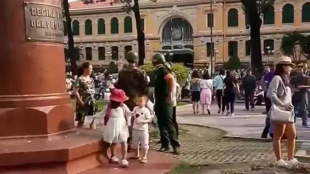 Pham Nhua - Anh mặc đồ lính Quân lực VNCH đối mặt với an...