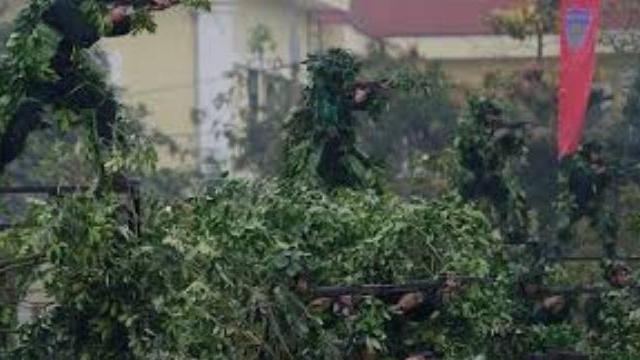 Cảnh sát đặc nhiệm biểu diễn nổ súng bắt khủng bố