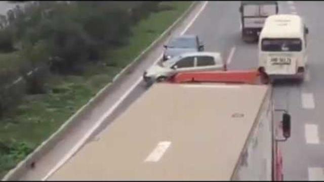 Clip Ba ô tô thản nhiên quay đầu, chạy ngược chiều trên cao tốc