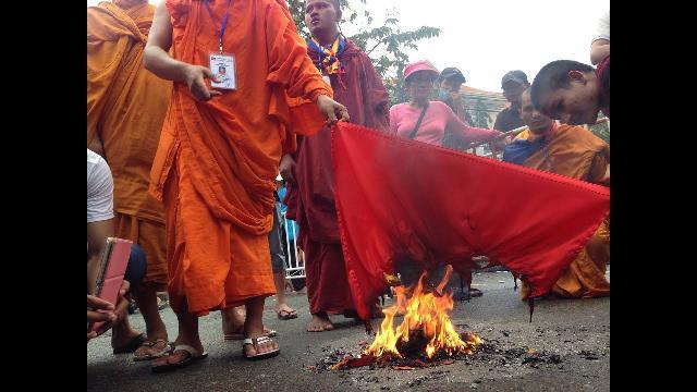 Phản động Campuchia đốt cờ Việt Nam tại Phnom Penh