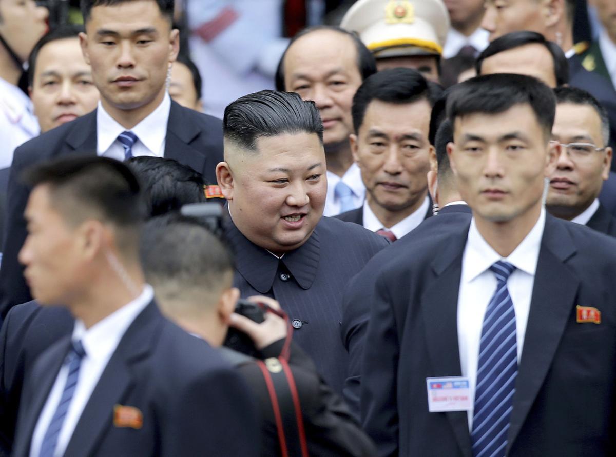 [LIve] Người dân chào đón Chủ tịch Triều Tiên Kim Jong-un tới Hà Nội