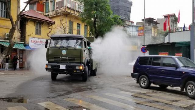 Quân đội triển khai lực lượng tiêu độc khử trùng ở khu vực Trúc Bạch