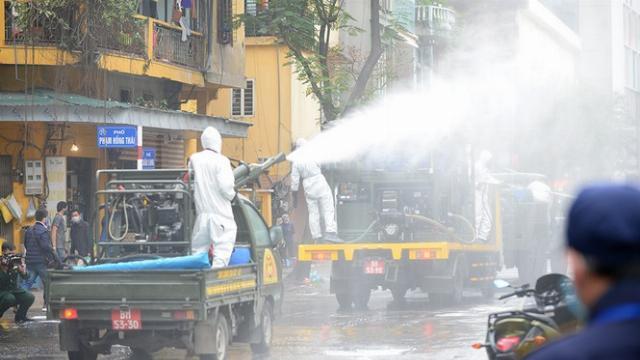 Binh chủng Hoá học phun tiêu độc khử trùng tại phố Trúc Bạch