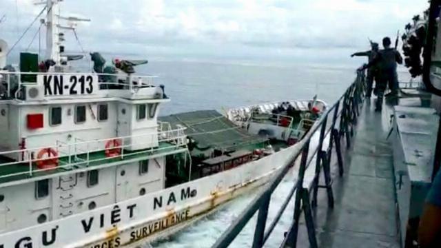 Tàu kiểm ngư KN-213 đối đầu tàu hộ vệ KRI Tjiptadi của Indonesia để cứu ngư dân