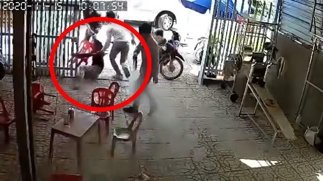 Cảnh người phụ nữ bị lôi lên xe, chồng lao ra đâm chết người để giải cứu