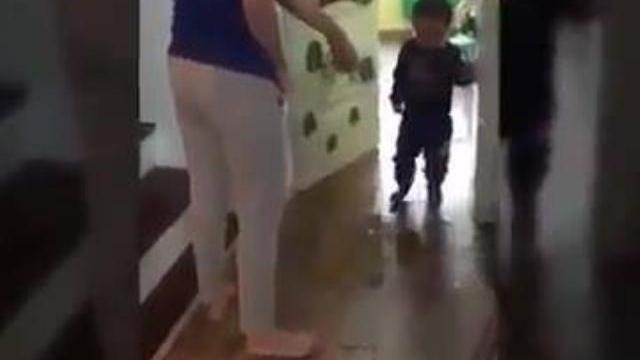 Cô giáo giữ trẻ đánh đập trẻ một cách tàn nhẫn