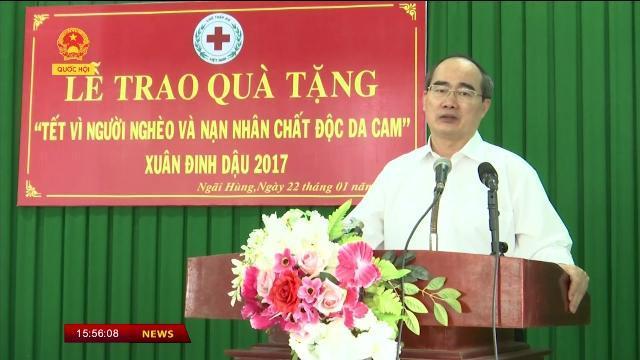 Chủ tịch Ủy ban Trung ương Mặt trận Tổ Quốc Việt Nam Nguyễn Thiện Nhân thăm, tặng quà tại Trà Vinh