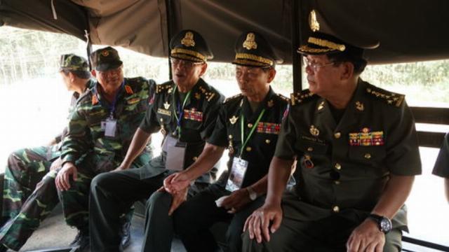 Thủ tướng Hun Sen trên chuyến xe đặc biệt
