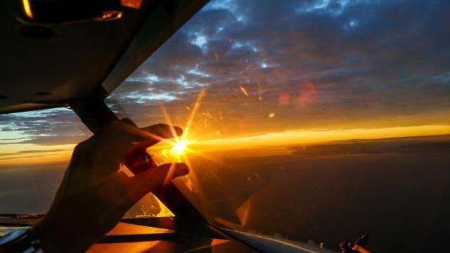 Hình ảnh tuyệt vời bên trong cabin buồng lái máy bay Boeing 737 - Live from the Flight Deck