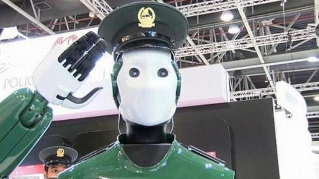 Robot cảnh sát sắp thu tiền phạt trên đường phố Dubai