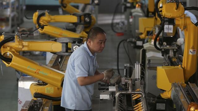 Robot giúp phân loại các thùng hàng tại một công ty chuyển phát ở Trung Quốc