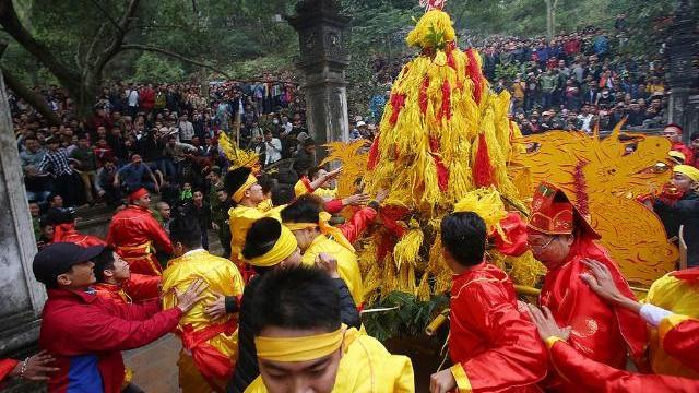 Hàng nghìn người cướp lộc hoa tre hội Gióng