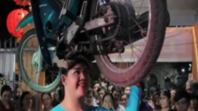 'Bà bóng' đội xe máy lên đầu ở lễ miếu Bà miền Tây