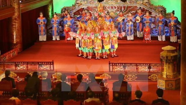 Nhật Hoàng say sưa với nhã nhạc cung đình Huế