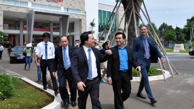 Bộ Trưởng Bộ GD&ĐT Phùng Xuân Nhạ đến thăm và làm việc với BVU và UKA