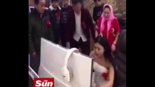 Cô dâu nghiện chơi game đến quên cả ngày cưới