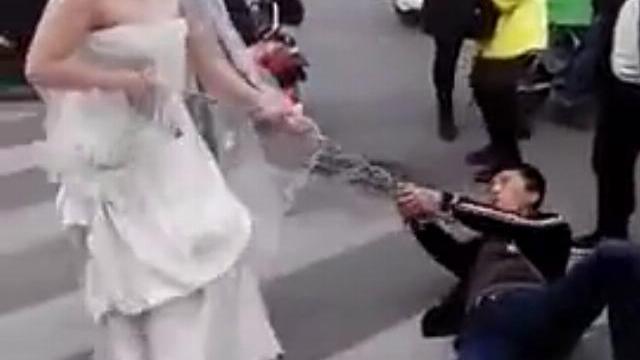 Cô dâu dùng xích sắt kéo chú rể về tổ chức hôn lễ