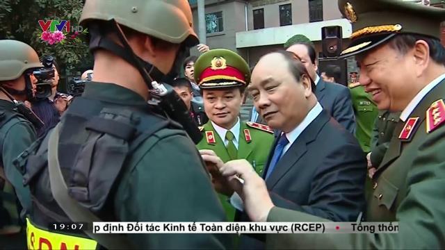 Thủ tướng Nguyễn Xuân Phúc kiểm tra công tác sẵn sàng chiến đấu của cảnh sát cơ động