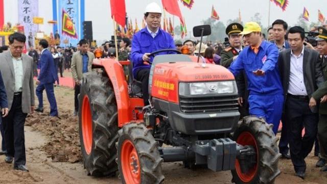 Chủ tịch nước lái máy cày trong lễ Tịch điền (Đọi Sơn, Hà Nam)