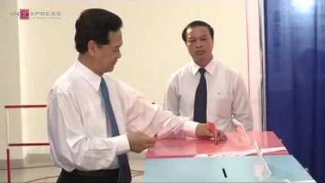 Nguyên Thủ tướng Nguyễn Tấn Dũng và phu nhân đi bầu cử