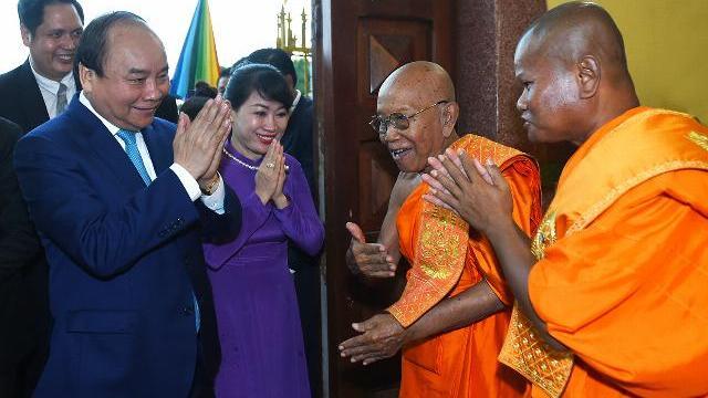 Thủ tướng Nguyễn Xuân Phúc chào Đại tăng thống Tép Vông