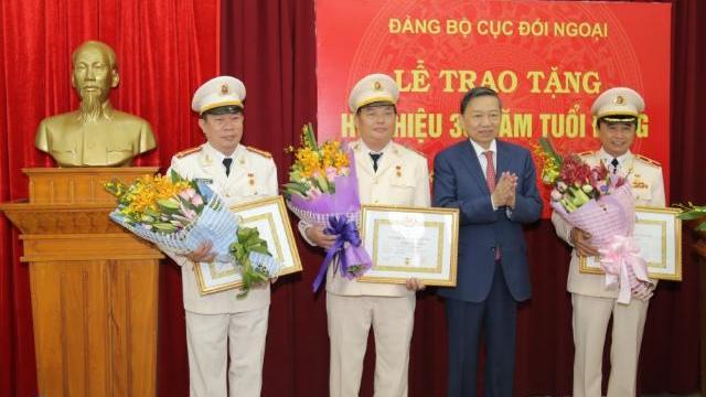 Đảng ủy Cục Đối ngoại trao Huy hiệu 30 năm tuổi Đảng