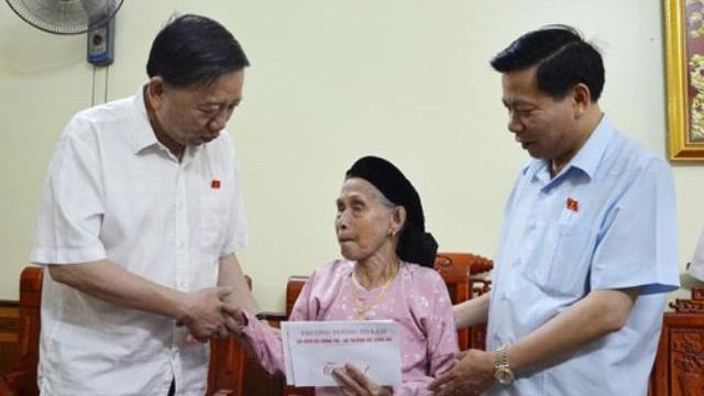 Bộ trưởng Tô Lâm thăm, tặng quà người có công