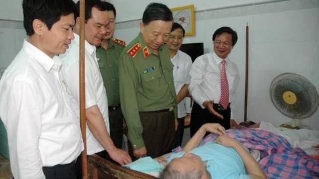 Bộ trưởng Tô Lâm thăm, tặng quà thương bệnh binh tại Hà Nam
