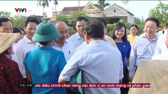 Thủ tướng Nguyễn Xuân Phúc thăm gia đình có công với cách mạng ở Hà Tĩnh