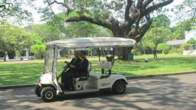 Tổng thống Indonesia lái xe điện chở Tổng bí thư Nguyễn Phú Trọng