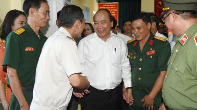 Thủ tướng Nguyễn Xuân Phúc thăm xí nghiệp tập thể thương binh Quang Minh