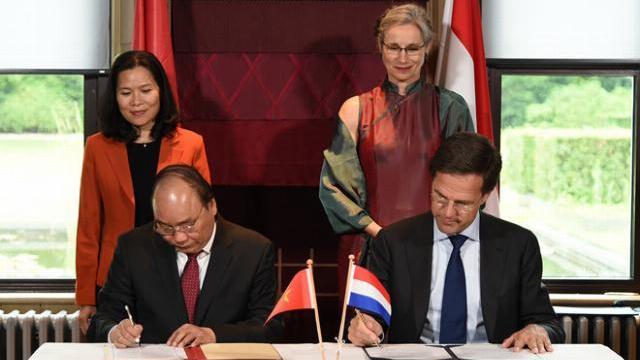 Thủ tướng Nguyễn Xuân Phúc trao đổi kinh nghiệm phát triển đồng bằng của Hà Lan