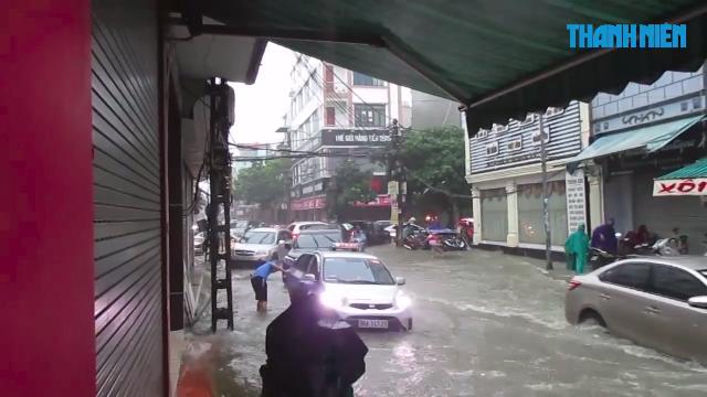 Cảnh ngập lụt ở Thanh Hóa khiến nhiều người phải cõng con đến trường