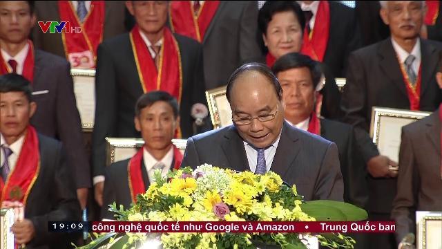Thủ tướng Nguyễn Xuân Phúc tôn vinh nông dân xuất sắc 30 năm đổi mới