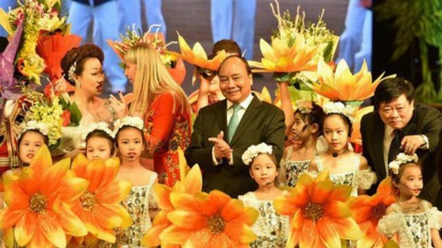 """Thủ tướng Nguyễn Xuân Phúc dự chương trình nghệ thuật """"Vang mãi bài ca Tháng Mười"""""""