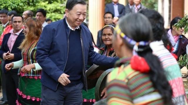 Bộ trưởng Tô Lâm trao tặng quà tại Đắk Nông