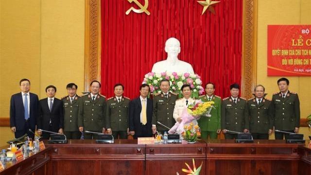 Trao Huy hiệu 30 năm tuổi Đảng tặng Thứ trưởng Nguyễn Văn Sơn