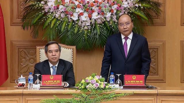 Thủ tướng làm việc với đại diện các doanh nghiệp và các diễn giả tham dự Diễn đàn cấp cao 4.0
