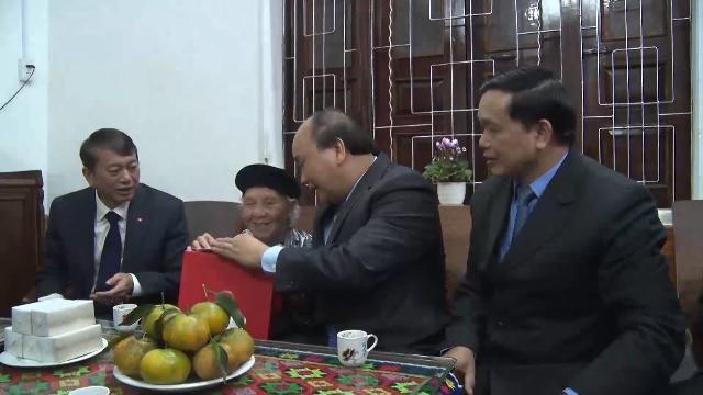 Thủ tướng Nguyễn Xuân Phúc thăm và tặng quà cho người có công ở Cao Bằng