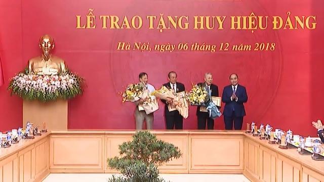 Thủ tướng trao Huy hiệu 80 năm tuổi Đảng tặng đồng chí Đồng Sỹ Nguyên