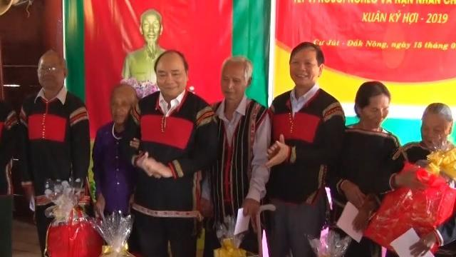 Thủ tướng Nguyễn Xuân Phúc thăm, tặng quà các đối tượng chính sách ở Đắk Nông