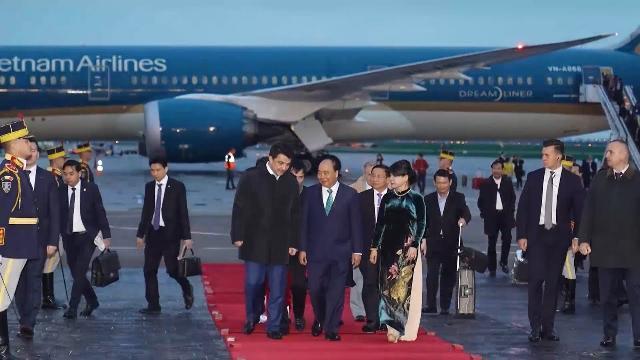 Thủ tướng Nguyễn Xuân Phúc đến Bucharest, bắt đầu thăm chính thức Romania