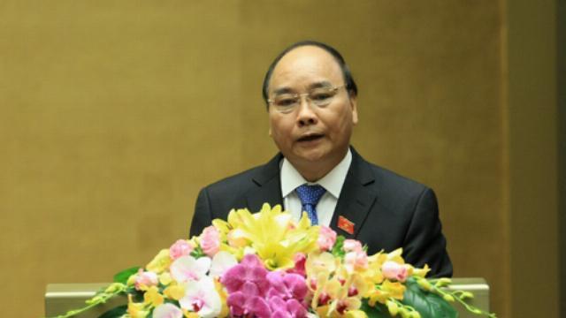 Ủy viên Bộ Chính trị, Thủ tướng Chính phủ Nguyễn Xuân Phúc trình bày Báo cáo về kết quả thực hiện kế hoạch phát triển kinh tế-xã hội năm 2016 và nhiệm vụ năm 2017